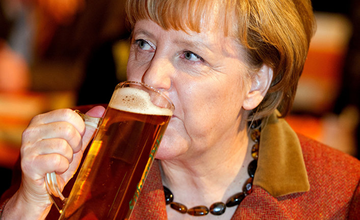 Канцлер Германии Ангела Меркель пьет пиво