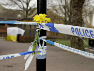 Цветы у полицеского заграждения на месте отравления Сергея Скрипаля в Солсбери