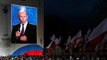 Президент России Владимир Путин выступает на концерте-митинге в Севастополе