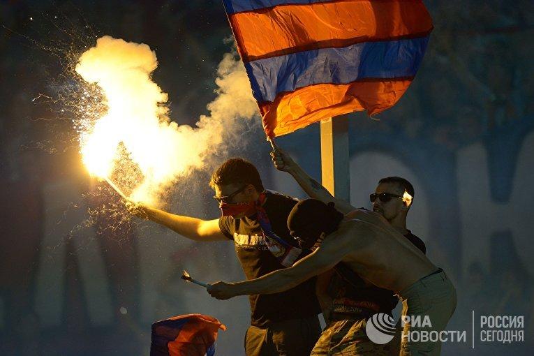Болельщики футбольного клуба ЦСКА во время матча за Суперкубок России