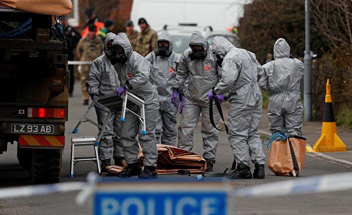 Британские военнослужащие во время следственных мероприятий, связанных с отравлением бывшего полковника ГРУ Сергея Скрипаля. 14 марта 2018