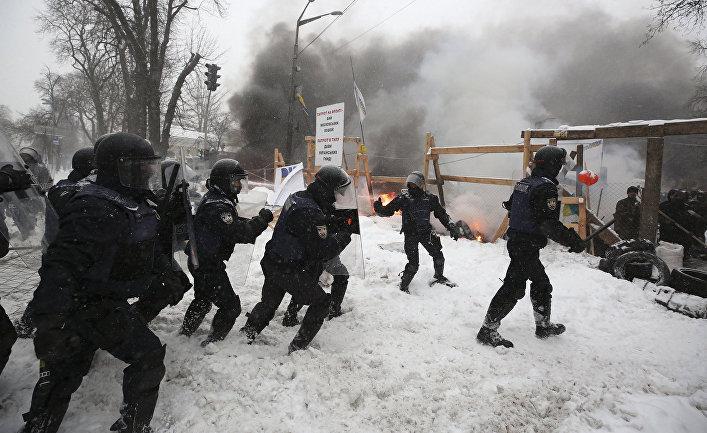 Сотрудники ОМОНа уничтожают палаточный лагерь сторонников Михаила Саакашвили в Киеве