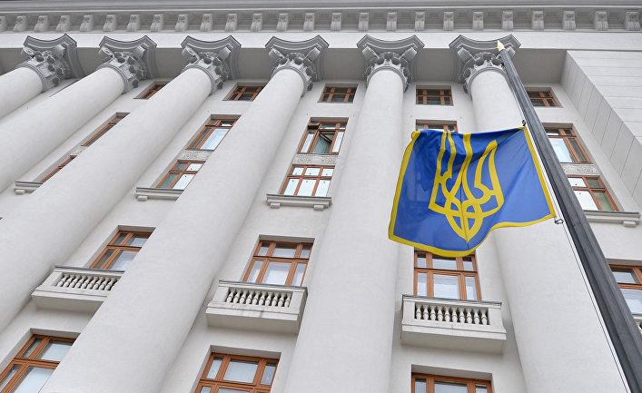 Президентский флаг развевается на здании администрации президента в Киеве