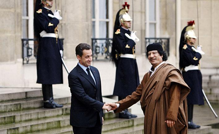 Президент Франции Николя Саркози и ливийский лидер Муамар Каддафи в Елисейском дворце в Париже