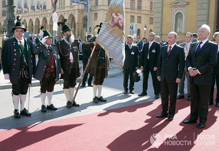 Премьер-министра Баварии Эдмунд Штойбер и президент России Владимир Путин во время церемонии торжественной встречи в Мюнхене