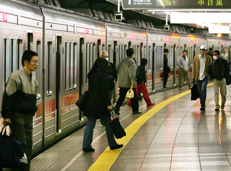Пассажиры токийского метро на станции Цукидзи