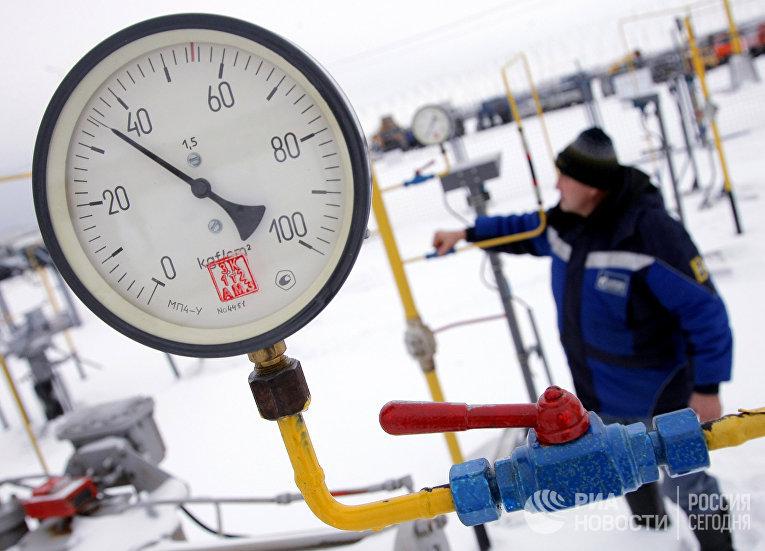 Рабочий на крановом узле газопровода