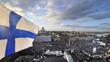 Более 90 000 тысяч человек отмечают победу сборной Финляндии по хоккею на рыночной площади в Хельсинки