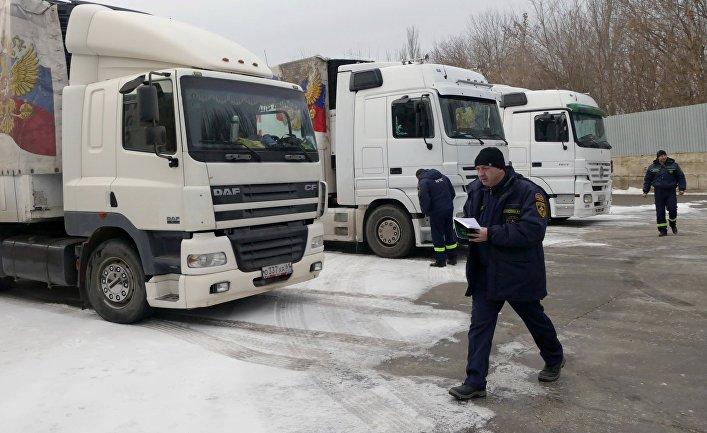 Автомобили 74-го конвоя МЧС России с гуманитарной помощью для жителей Донбасса в Донецке. 22 февраля 2018