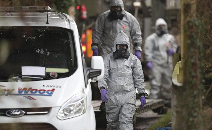 Сотрудники правоохранительных органов Великобритании во время следственных мероприятий по делу об отравлении экс-разведчика Скрипаля