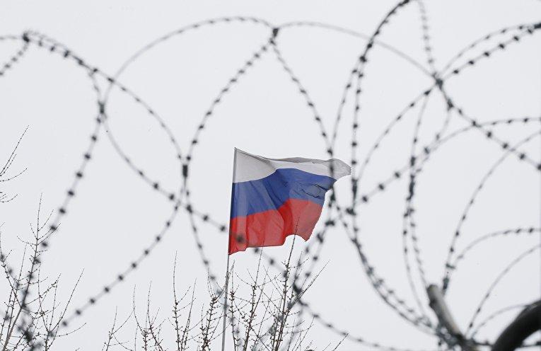 Флаг РФ на крыше российского посольства в Киеве