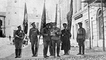 Солдаты держат знамена из крепости Эрзерум после ее взятия 3 (16) февраля 1916 года во время первой мировой войны
