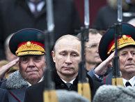 Владимир Путин на церемонии возложения венка к Могиле Неизвестного солдата во время празднования Дня защитника отечества в Москве