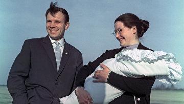 Юрий Гагарин с супругой и дочкой