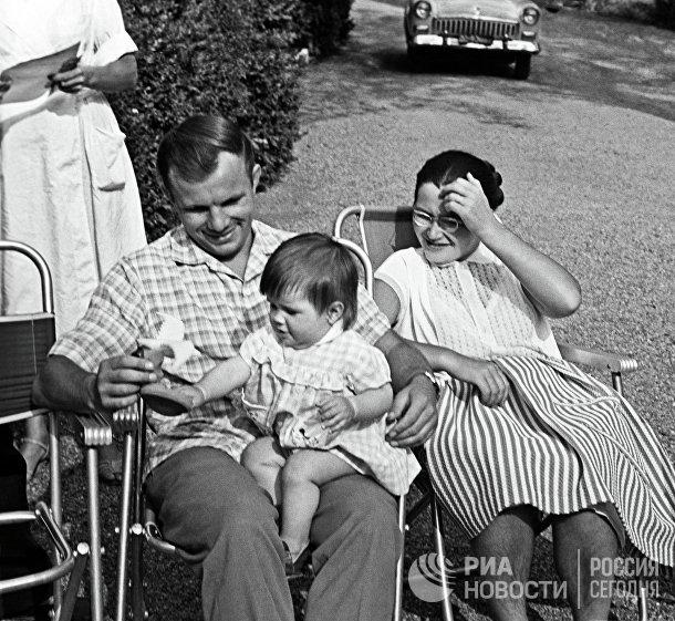 Юрий Гагарин с женой Валентиной и дочерью Галочкой на отдыхе в Крыму