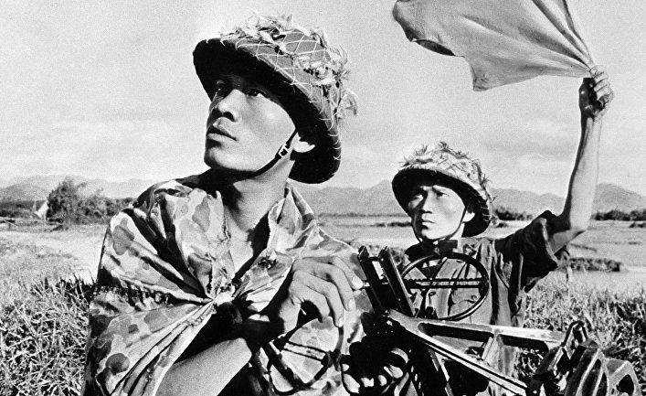 Вьетнамские солдаты возле зенитного орудия во время американской агрессии во Вьетнаме