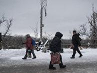 """Люди в районе временного пункта пропуска """"Станица Луганская"""" между Украиной и Луганской народной республикой (ЛНР) в районе станицы Луганская."""