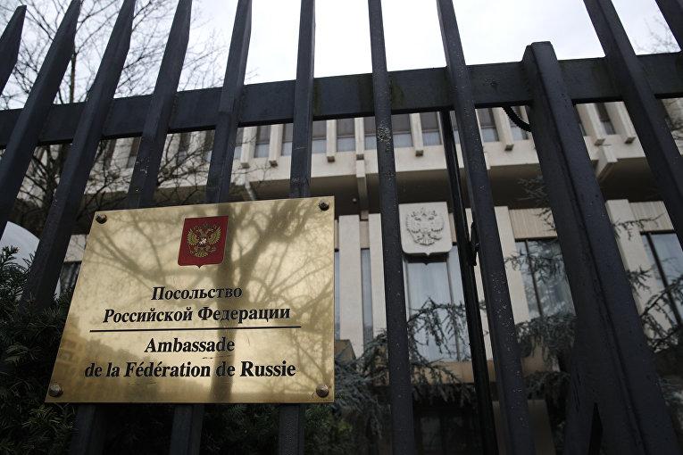 Вывеска на здании посольства РФ во Франции