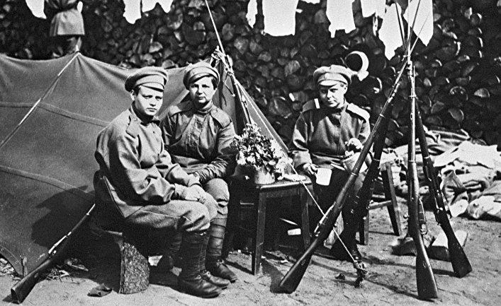 """Бойцы женского ударного """"Батальона смерти"""" сидят около палатки"""