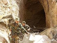 Сирийские солдаты обыскивают тоннель в городе Айн-Тарма в восточной Гуте