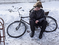 Человек в ожидании гуманитарной помощи в Авдеевке