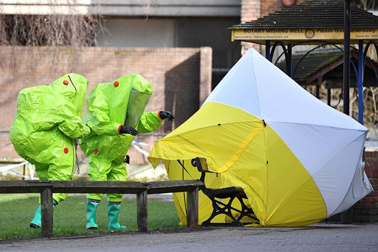 Палатка над скамейкой, на которой был найден Сергей Скрипаль и его дочь в Солсбери