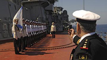 """Матросы тяжелого атомного ракетного крейсера """"Петр Великий"""" на церемонии встречи официальной делегации в порту сирийского города Тартус"""