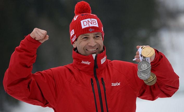 Уле-Эйнар Бьерндален (Норвегия) с медалями, завоеванными на чемпионате мира по биатлону в норвежском Колленхиме.