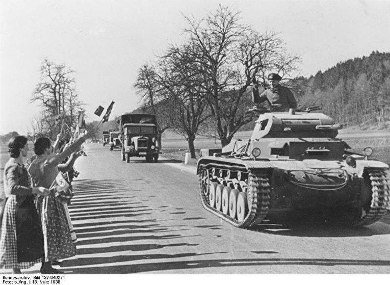 Жители Австрии встречают германские войска, 1938 год