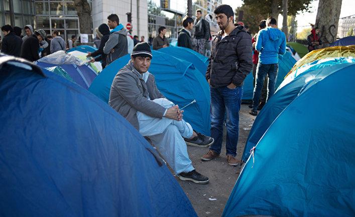 Мужчины в лагере беженцев в Париже