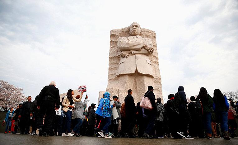 Участники молчаливого марша в день 50-ой годовщины убийства Мартина Лютера Кинга