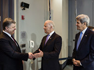 Президент Украины Петр Порошенко, вице-президент США Джозеф Байден и государственный секретарь США Джон Керри во время встречи в Вашингтоне. 2016 год