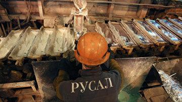 Рабочий в литейном цехе Саяногорского алюминиевого завода компании РУСАЛ