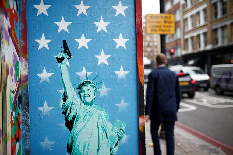 Граффити на улице Лондона, изображающее президента США Дональда Трампа в виде Статуи свободы с пистолетом