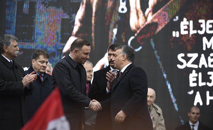 Президент Польши Анджей Дуда приветствует премьер-министра Венгрии Виктора Орбана во время торжественной  церемонии юбилея венгерской революции 1956 года. 23 октября 2016