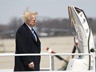 Президент Дональд Трамп садится на самолет, покидая авиабазу Эндрюс в Мэриленде