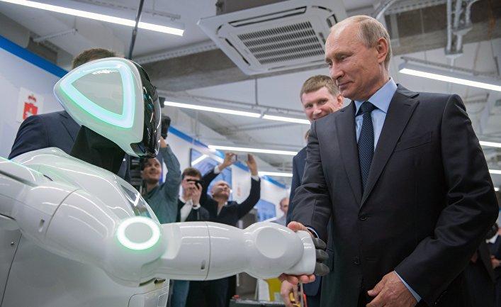 Президент РФВладимир Путин вовремя посещения АО«ЭР-Телеком Холдинг» вПерми осматривает экспозиции предприятий малого исреднего бизнеса, работающих всфере «цифровой экономики»