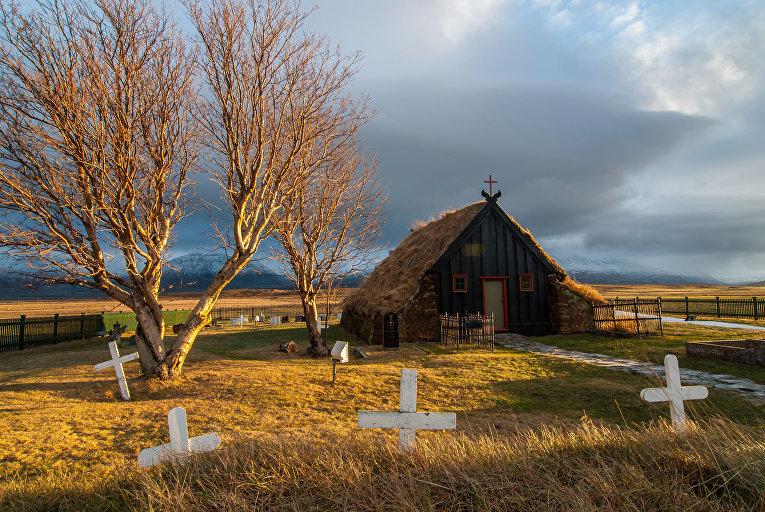 Старинная церковь с травяной крышей в Вармахлиде, Скагафьордюр, Исландия