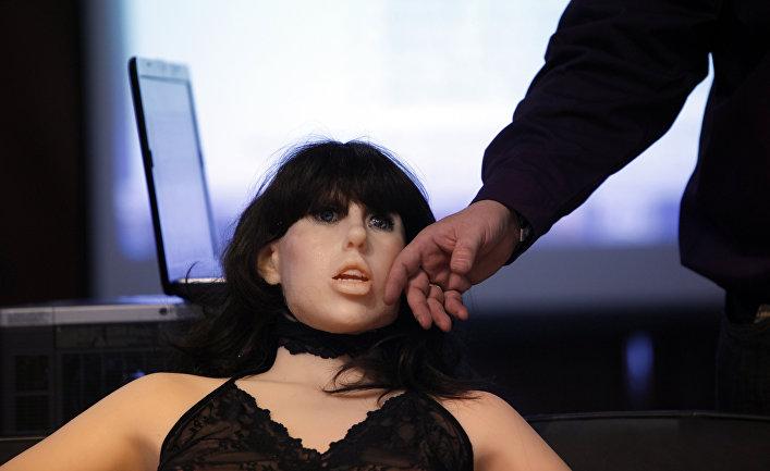 Секс-кукла Roxxxy в натуральную величину на выставке Adult Entertainment в Лас-Вегасе