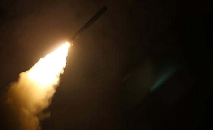 Крейсер USS Monterey, который запускает ракету для наземной атаки Сирии. 14 апреля 2018