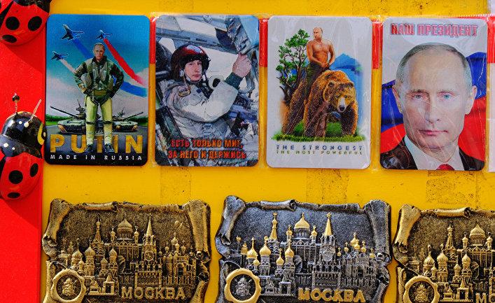 Сувенирные магниты с изображением президента РФ Владимира Путина и достопримечательностей Москвы