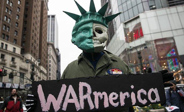 Участник акции протеста против ударов по Сирии в Нью-Йорке