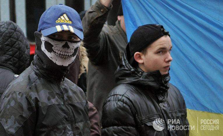Участники националистической партии УНА-УНСО (запрещена в РФ) во время антиправительственной акции во Львове