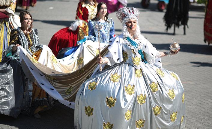 Участники театрализованного представления на открытии нового курортного сезона в Евпатории