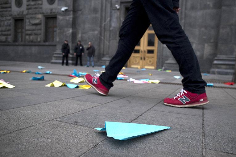 Бумажные самолетики, брошенные в знак протеста против блокировки мессенджера Telegram в Москве