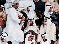 Арабы пьют кофе в Абу-Даби