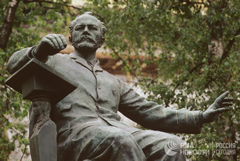 Памятник композитору П.И. Чайковскому в Москве