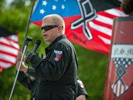 Участник национал-социалистического движения выступает во время митинга «радикальных расистов» в Ньюнане