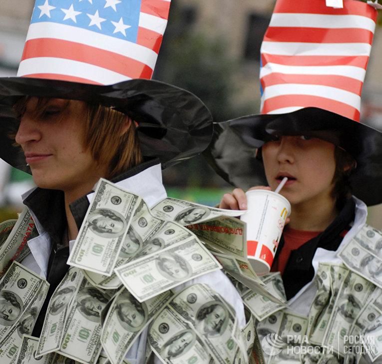 Сторонники движения «Наши» провели акцию вподдержку российского рубля, против «долларизации» России