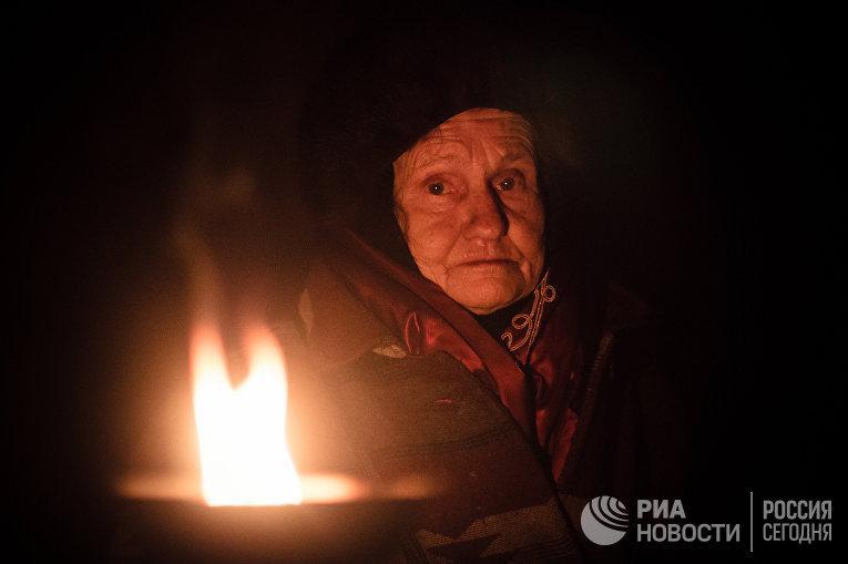 Жительница поселка Марьинка Донецкой области в бомбоубежище